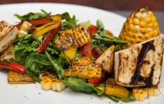 Салат из рукколы с кукурузой и халуми