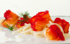 Арктический гравлакс с йогуртно-луковой заправкой и картофельной лапшой