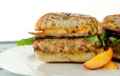 Бургер с лососем и маринованными персиками и острым лаймовым майонезом