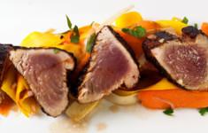 Кофейно-перечный белый тунец с овощным салатом с кофейной заправкой