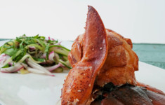 Лобстер с соусом Гастрик с салатом из огурцов с мятой