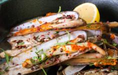 Моллюски-бритвы с розовым перцем и эстрагоном с соусом ромеско
