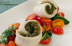 Роллы с морским языком и тыквенным песто с салатом из помидоров черри