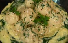 Щучьи биточки с картофельным пюре со шпинатом