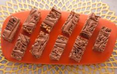 Хрустящий батончик с финиками и шоколадными каплями