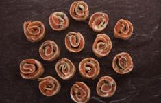 Мини-роллы из тортильи с копченым лососем