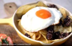 Кровяная колбаса с яйцом и картофельными чипсами