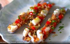 Меззе из морских черенков с хрустящим рисом и острым соусом