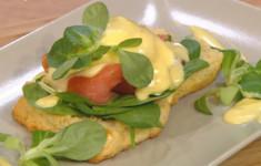 Сконы и яйца Бенедикт с лососем и голландским соусом