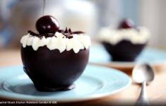 Пирожные «Черный лес» в шоколадных чашечках