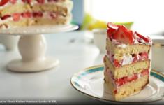 Слоеный торт с клубникой и кремом
