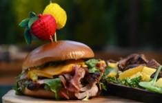 Тропический бургер со свининой