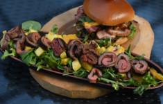 Экзотический салат с говядиной и фруктами