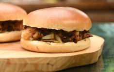 Бургер со свиными ребрышками и печеным яблоком