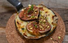 Жареные фиги и запеченный сыр камамбер