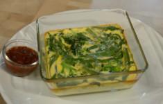 Омлет с зелеными овощами и томатно-базиликовым соусом