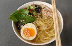 Суп-лапша на тройном бульоне с яйцом и шиитаке