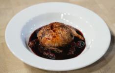Перепелка, запеченная с яблоком и печенью кролика на соусе из винограда