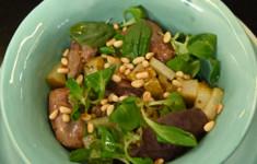 Теплый салат с куриной печенью и карамелизированной грушей