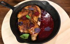 Цыпленок тапака с ежевичным соусом