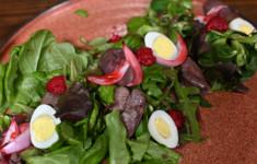 Салат с куриной печенью и малиновым соусом