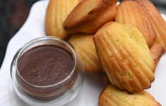 Мадлены с шоколадным соусом