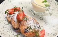 Сырники с черникой и соусом крем англез
