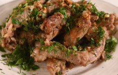 Куриные шейки с чесноком и зеленью