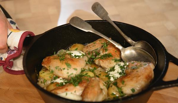 Курица в духовке с квашеной капустой и картошкой